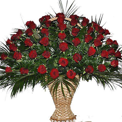 Живые похоронные цветы в вазоне, корзине