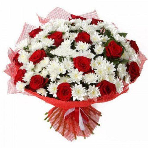 Букет «Большой подарочек» красные розы и белые хризантемы