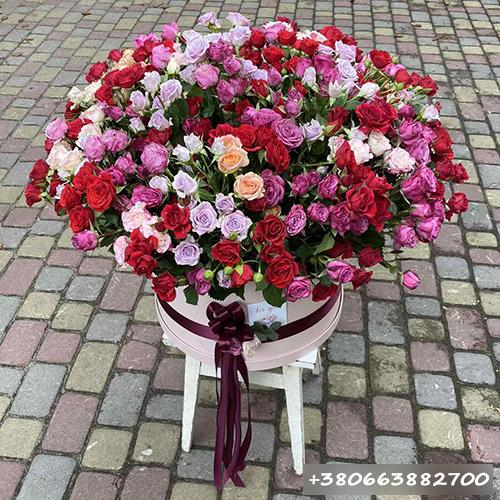 фото букета кустовые розы в шляпной коробке